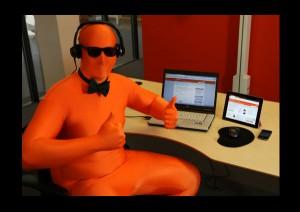 Orange mand med computer