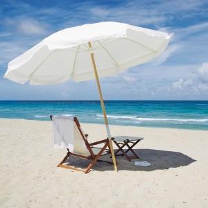 Parasol og stol på strand
